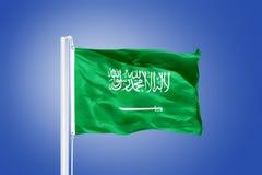 Vlag die van Saudi-Arabië tegen een blauwe hemel vliegen Stock Afbeelding