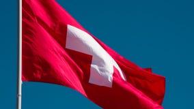 Vlag die van Zwitserland in de Wind fladderen stock footage