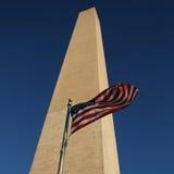 Vlag en het monument van Washington Stock Afbeeldingen
