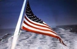 Vlag in kielzog stock afbeelding