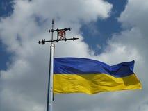 Vlag tegen de hemel en de wolken royalty-vrije stock afbeeldingen