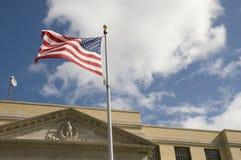 Vlag tegen Historisch Gerechtsgebouw Stock Afbeeldingen