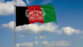 Vlag van Afghanistan tegen achtergrond van wolken die op de blauwe hemel drijven vector illustratie