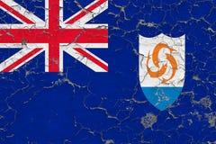 Vlag van Anguilla die op gebarsten vuile muur wordt geschilderd Nationaal patroon op uitstekende stijloppervlakte royalty-vrije stock foto's