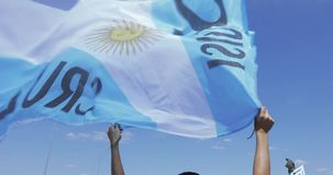 Vlag van Argentinië in de handen stock video