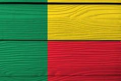 Vlag van Benin op houten muurachtergrond Grungebenin vlagtextuur royalty-vrije stock fotografie