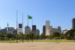 Vlag van Brazilië met mening van Stadscentrum en van Gloria district, Rio de Janeiro Stock Fotografie