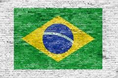 Vlag van Brazilië op witte bakstenen muur wordt geschilderd die Stock Foto's