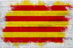Vlag van Catalonië op een bakstenen muur wordt geschilderd die Royalty-vrije Stock Foto's