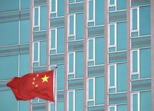 Vlag van China met de moderne bureaubouw Stock Foto's