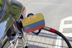 Vlag van Colombia op de de vullerklep van de auto` s brandstof stock afbeeldingen