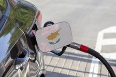 Vlag van Cyprus op de de vullerklep van de auto` s brandstof stock fotografie
