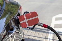 Vlag van Danemark op de de vullerklep van de auto` s brandstof stock fotografie