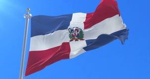 Vlag van de Dominicaanse Republiek die bij wind met blauwe hemel in langzaam, lijn golven stock footage