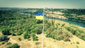 Vlag van de Oekraïne op de mast die in wind luchtvideo klappen stock footage