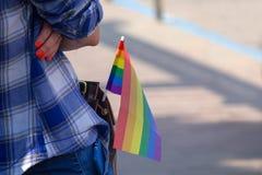 Vlag van de regenboog in de zak van de deelnemer van de gemeenschap lgbt royalty-vrije stock fotografie