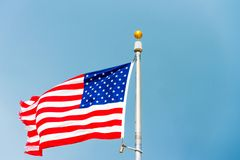 Vlag van de Verenigde Staten van Amerika tegen een bewolkte hemel, Miami, Florida, de V.S. Exemplaarruimte voor tekst royalty-vrije stock fotografie