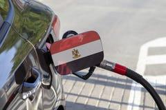 Vlag van Egypte op de de vullerklep van de auto` s brandstof stock foto