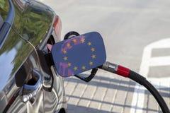 Vlag van Europa op de de vullerklep van de auto` s brandstof stock foto's