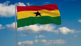 Vlag van Ghana tegen achtergrond van wolken die op de blauwe hemel drijven vector illustratie