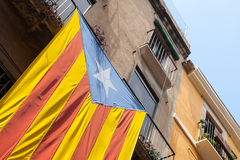 Vlag van het onafhankelijke hangen van Catalonië op de muur Royalty-vrije Stock Afbeelding