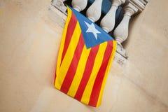 Vlag van het onafhankelijke hangen van Catalonië op muur Royalty-vrije Stock Fotografie