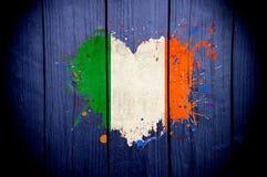 Vlag van Ierland in de vorm van hart op een donkere achtergrond royalty-vrije stock afbeeldingen