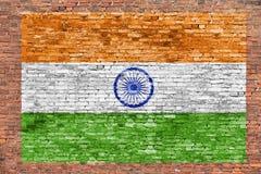 Vlag van India over bakstenen muur wordt geschilderd die stock fotografie