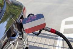 Vlag van Joegoslavië op de de vullerklep van de auto` s brandstof stock afbeeldingen