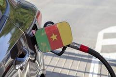 Vlag van Kameroen op de de vullerklep van de auto` s brandstof stock foto