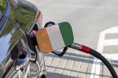 Vlag van Kooi D ` ivoire op de de vullerklep van de auto` s brandstof stock foto's