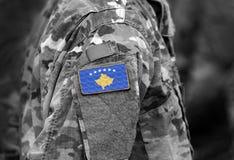 Vlag van Kosovo op de collage van het militairenwapen stock fotografie