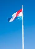 Vlag van Luxemburg over blauwe hemel Stock Foto's