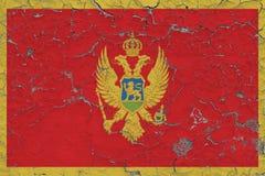 Vlag van Montenegro op gebarsten vuile muur wordt geschilderd die Nationaal patroon op uitstekende stijloppervlakte stock illustratie