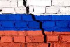 Vlag van Rusland op de bakstenen muur met grote barst in het midden Vernietiging en separatismeconcept royalty-vrije stock foto's