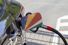 Vlag van Seychellen op de de vullerklep van de auto` s brandstof stock fotografie