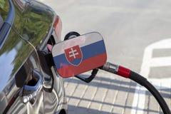 Vlag van Slowakije op de de vullerklep van de auto` s brandstof royalty-vrije stock foto's