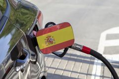 Vlag van Spanje op de de vullerklep van de auto` s brandstof stock fotografie