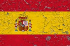 Vlag van Spanje op gebarsten vuile muur wordt geschilderd die Nationaal patroon op uitstekende stijloppervlakte royalty-vrije illustratie