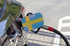Vlag van Suède op de de vullerklep van de auto` s brandstof stock afbeeldingen