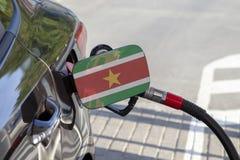 Vlag van Suriname op de de vullerklep van de auto` s brandstof royalty-vrije stock foto's