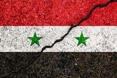 Vlag van Syrië op gebarsten muurachtergrond/Syrische burgerlijke wa wordt geschilderd die royalty-vrije illustratie