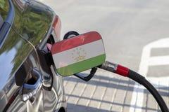 Vlag van Tadzjikistan op de de vullerklep van de auto` s brandstof stock afbeelding