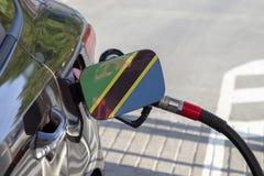 Vlag van Tanzania op de de vullerklep van de auto` s brandstof stock afbeeldingen
