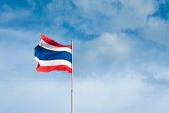 Vlag van Thailand met blauwe hemel Stock Foto's