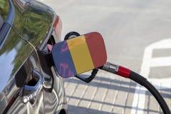 Vlag van Tsjaad op de de vullerklep van de auto` s brandstof stock foto
