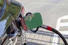 Vlag van Turkmenistan op de de vullerklep van de auto` s brandstof stock foto's
