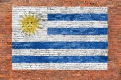 Vlag van Uruguay op bakstenen muur wordt geschilderd die Stock Foto's