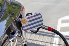 Vlag van Uruguay op de de vullerklep van de auto` s brandstof stock fotografie