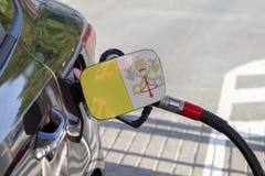 Vlag van Vatikaan op de de vullerklep van de auto` s brandstof royalty-vrije stock afbeelding